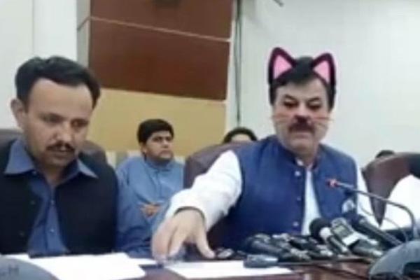 Becario millennial nivel: dejan filtro de gato en plena conferencia política