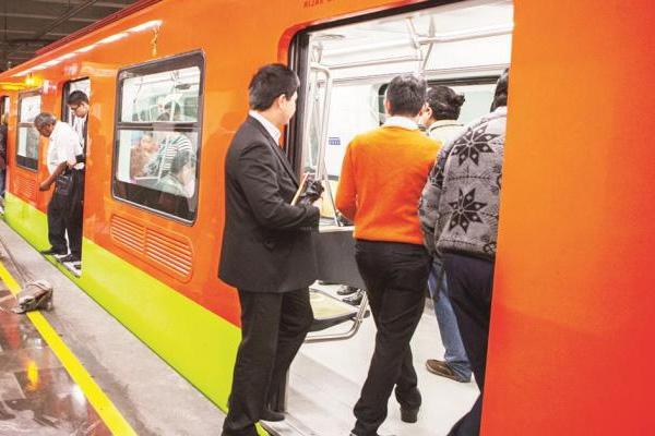 Chilango logra mover el metro con solo desearlo; el gobierno ya lo busca