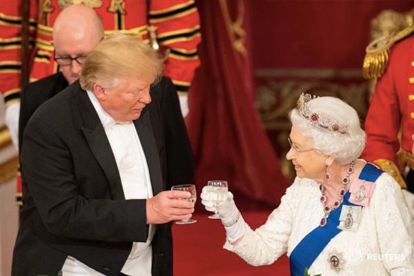 Donald Trump se confunde de cabecita de algodón y le dice Juan Trump a la Reina