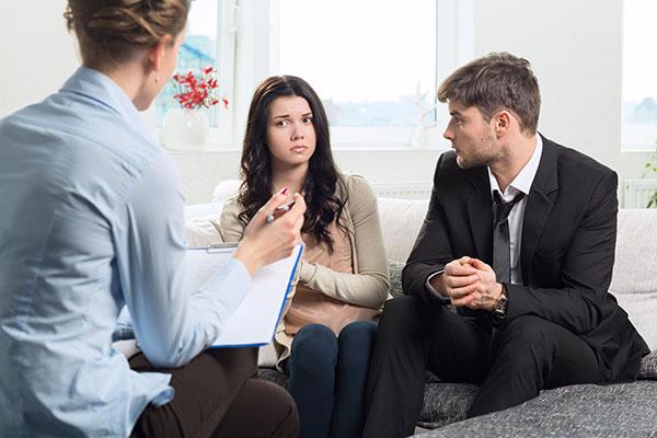 Hombres que etiqueten a sus novias en posts de facebook serán llevados a terapia de pareja