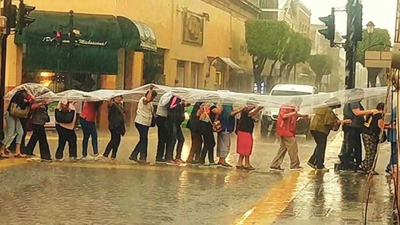Esta gente compró un hule contra la lluvia y ahora son la foto del 2019