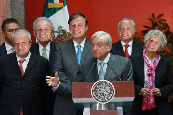 AMLO presenta su renuncia como presidente, será sustituido por AMLO