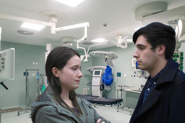 Parejas que tengan una cita en el quirófano, vendrá el doctor y aplicará cirugía