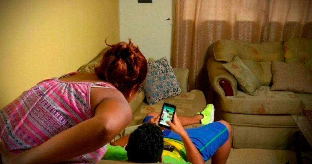 Jóvenes que arreglen el celular de sus papás recibirán certificados de ingenieros en sistemas