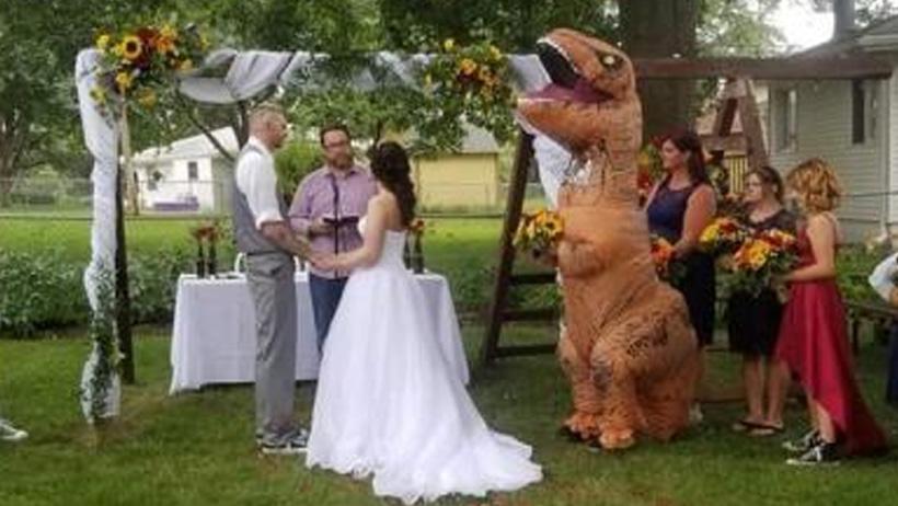 """Típico que te dicen """"ponte lo que quieras"""" y vas de dinosaurio a la boda"""