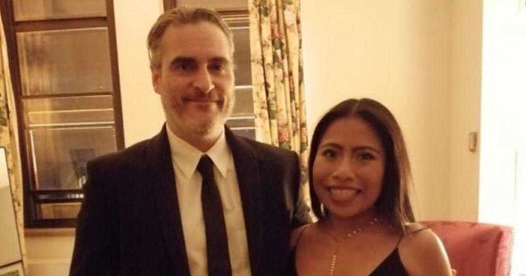 Humilde actor novato le pide una foto a la gran estrella de Hollywood Yalitza Aparicio