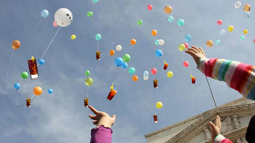 Miles de niños salen a las calles con cubas amarradas en globos para que lleguen a José José