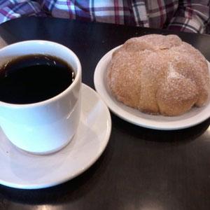 Preparo una tacita de café bien cargado (y de una vez aprovecho para acompañar con un pan de muerto)
