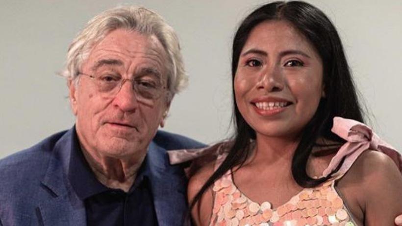 Legendaria súper estrella del cine posa humildemente junto a Robert De Niro