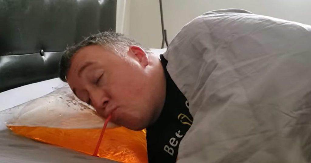 Inventan almohada para tomar cerveza
