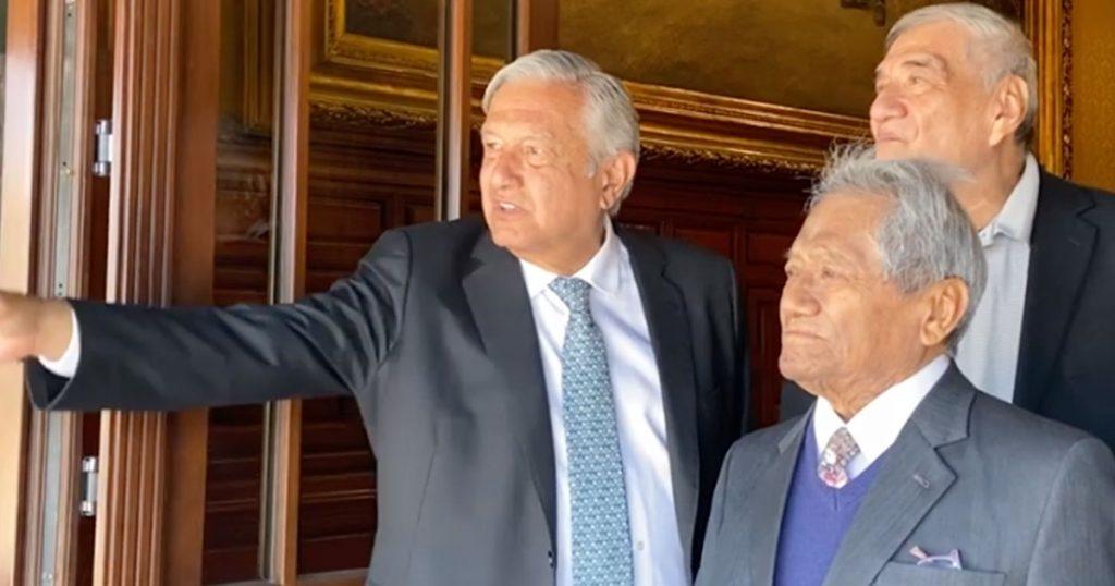 Momento exacto en el que AMLO descongela a Benito Juárez y lo lleva de paseo