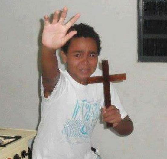 niño asustado cruz meme