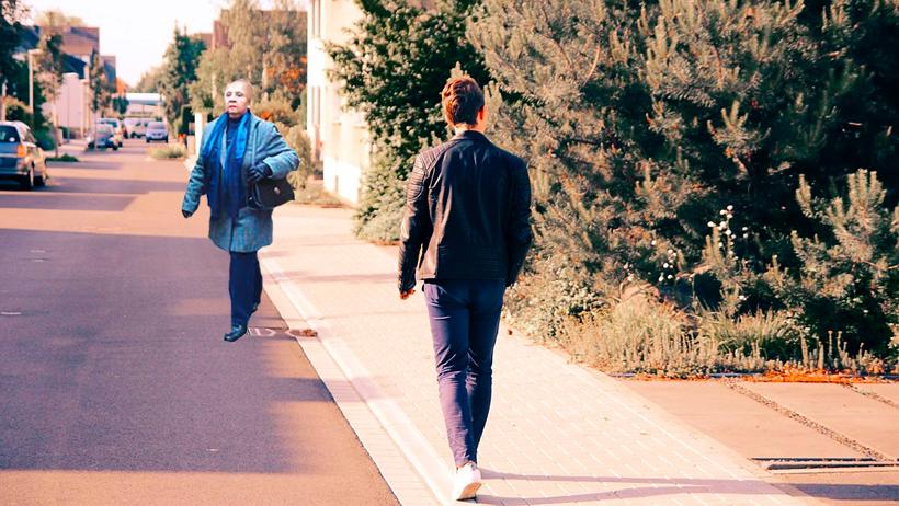Por Covid, vecina feliz de atravesarse la calle cuando te ve sin que la juzgues