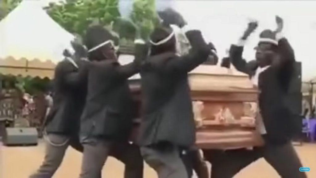 El origen del meme coffin dance, el ritual africano de bailar con un ataúd