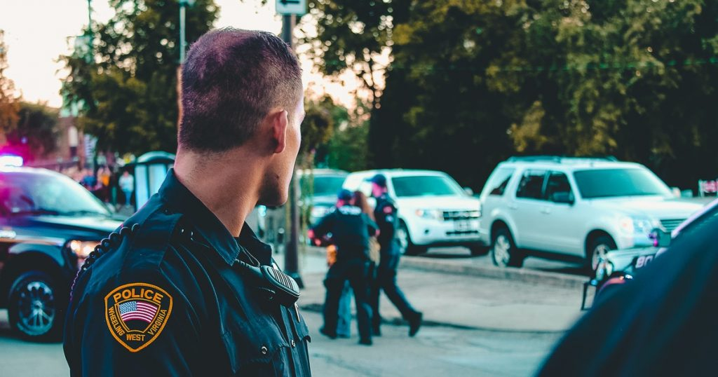 Hombre ataca a la policía para que lo maten tras dar positivo a coronavirus