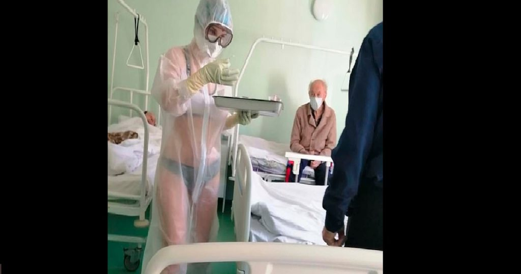Enfermera rusa pone felices a pacientes de COVID paseando en lencería con traje transparente