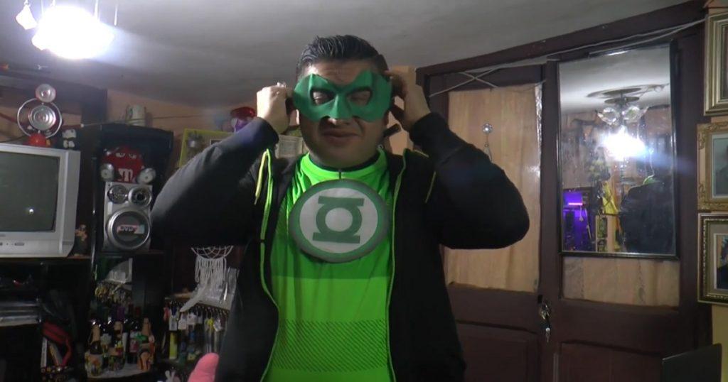 Héroe de la cuarentena: maestro da clases disfrazado de Linterna Verde (VIDEO)