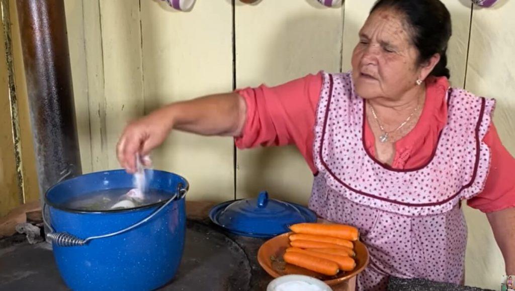 Persona que cena una salchicha afirma que Doña Ángela pone mucha sal a la comida