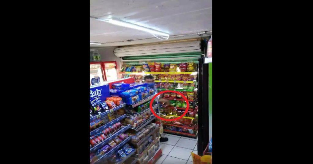Cachan a repartidor de papitas robándose la mercancía en tienda (VIDEO)