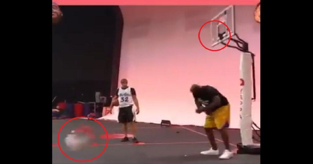 """El """"Shaq"""" muestra a Gronkowski cómo se rompe un aro en partido """"amistoso"""" (VIDEO)"""