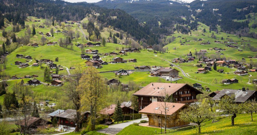 Dónde firmo: Suiza paga 70 mil dolarucos por irse a vivir a una agradable aldea