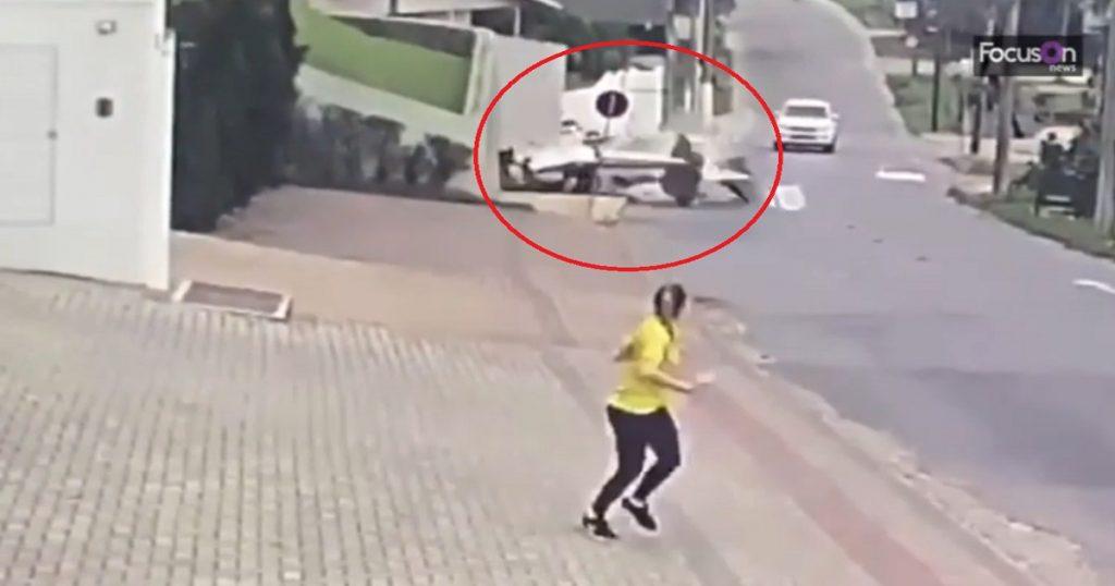 Casual: Avioneta se desploma a mitad de la calle y se hace pedazos (VIDEO)