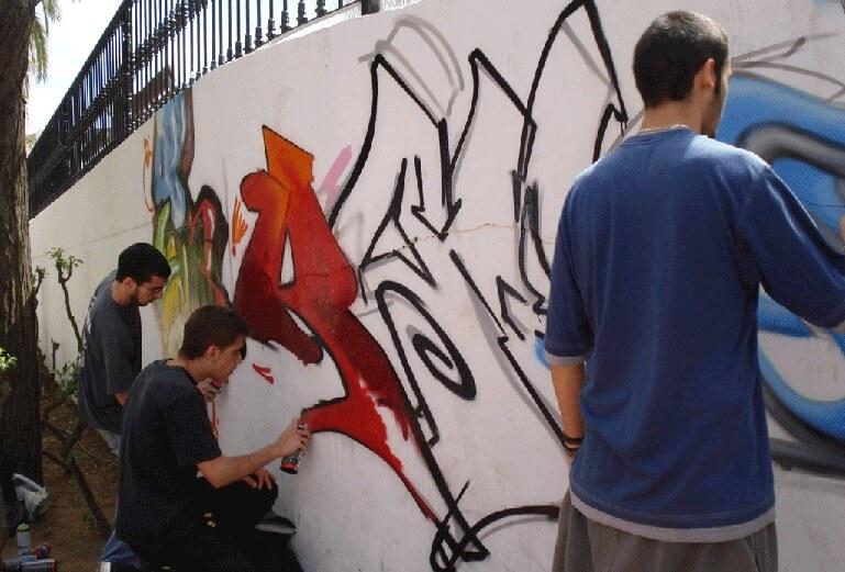 Joven que hace grafiti en la calle asegura que el rock ya pasó de moda