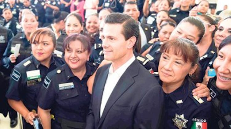 """Peña se entera por Twitter que """"policías españoles lo custodian"""" y agradece que finalmente alguien lo proteja de sus fans"""