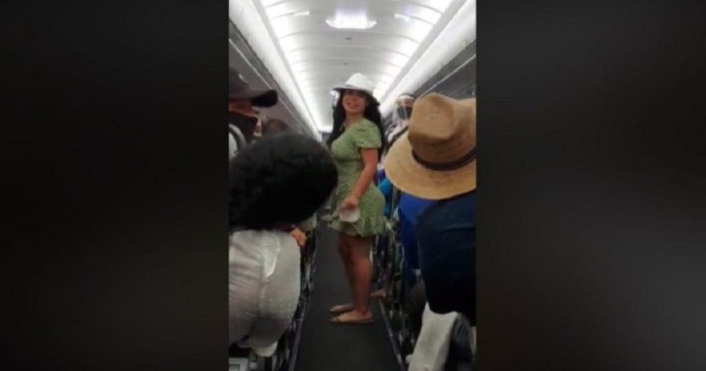 """""""Lady Covid"""": mujer explota contra pasajeros de avión en Cancún y la bajan (VIDEO)"""