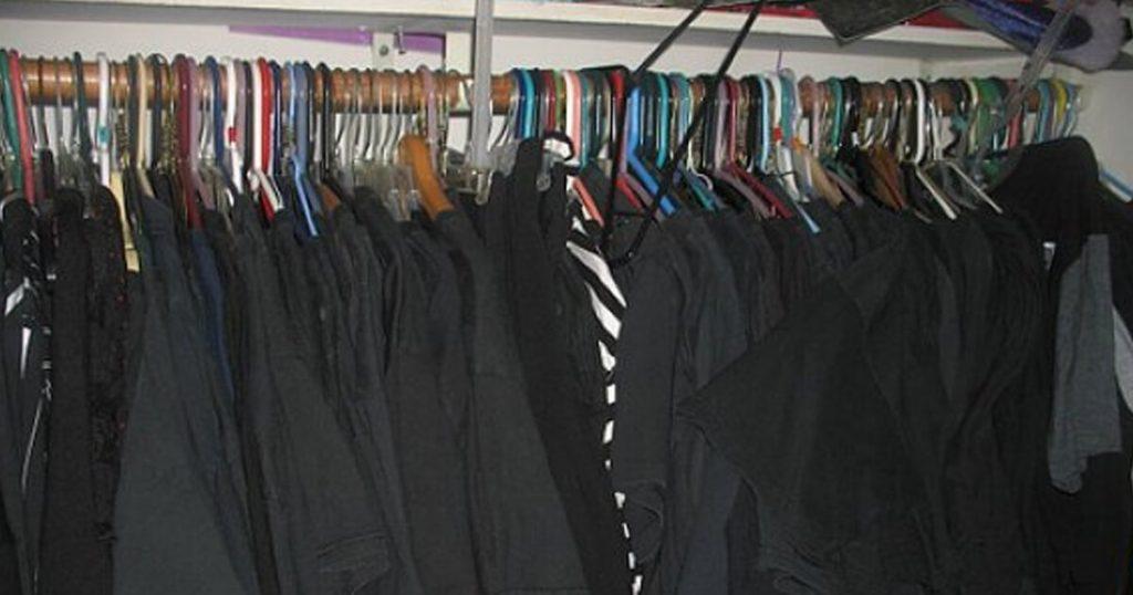 Persona que siempre viste de negro afirma que le dieron ganas de vestirse de negro claro