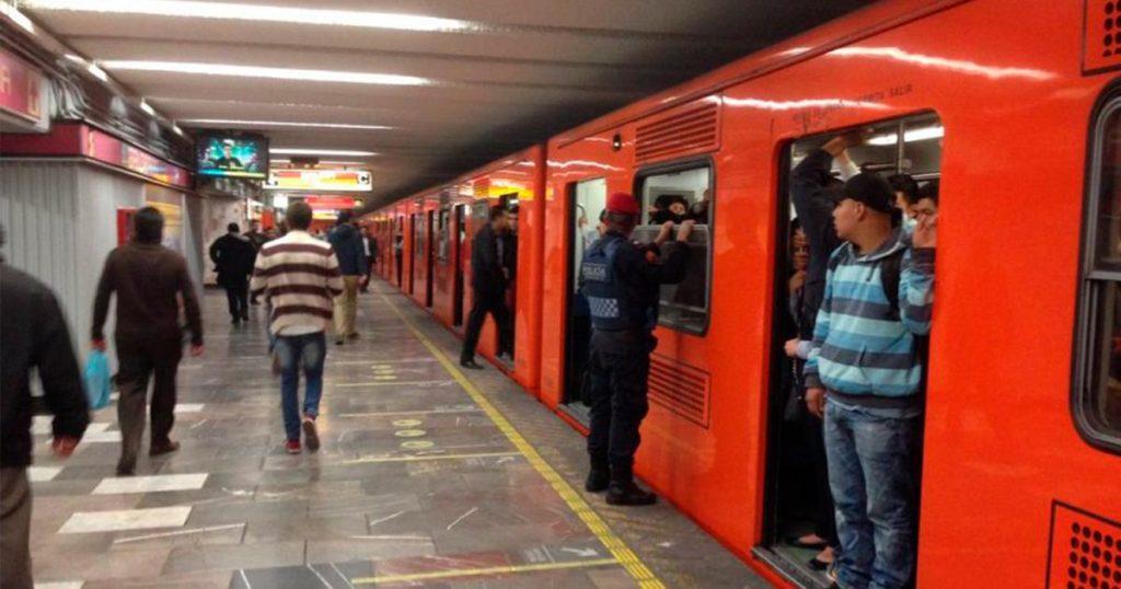 Señora que entrega calcetines en metro Balderas ya es la más buscada del país