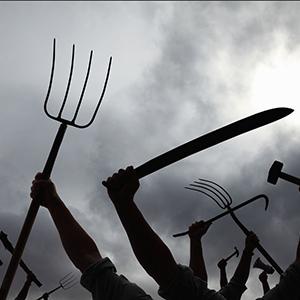 Antorcha, machetes y rastrillos de pasto